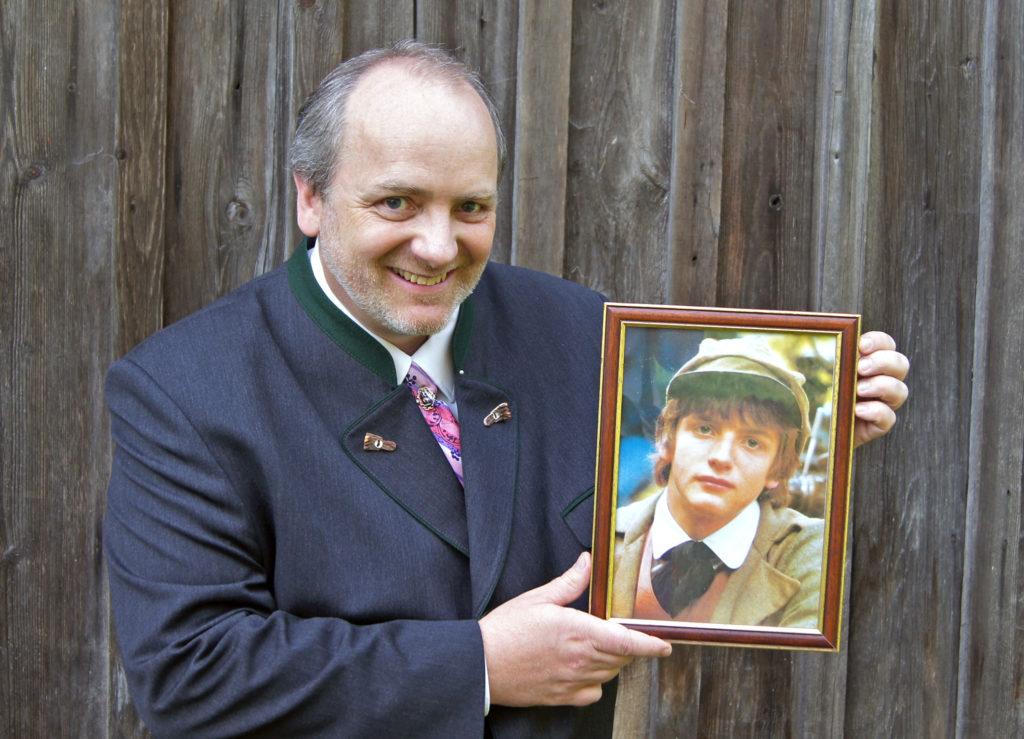 """Chlodwig Haslebner mit einem Foto aus seiner Zeit als Darsteller des jungen Peter Rosegger in der Fernsehserie """"Waldheimat""""."""