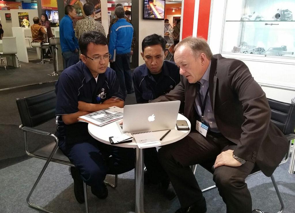 Jörg A. Ronde, Geschäftsführer GIMA Cast (rechts) im Gespräch mit Interessenten auf den Indometal Jakarta.