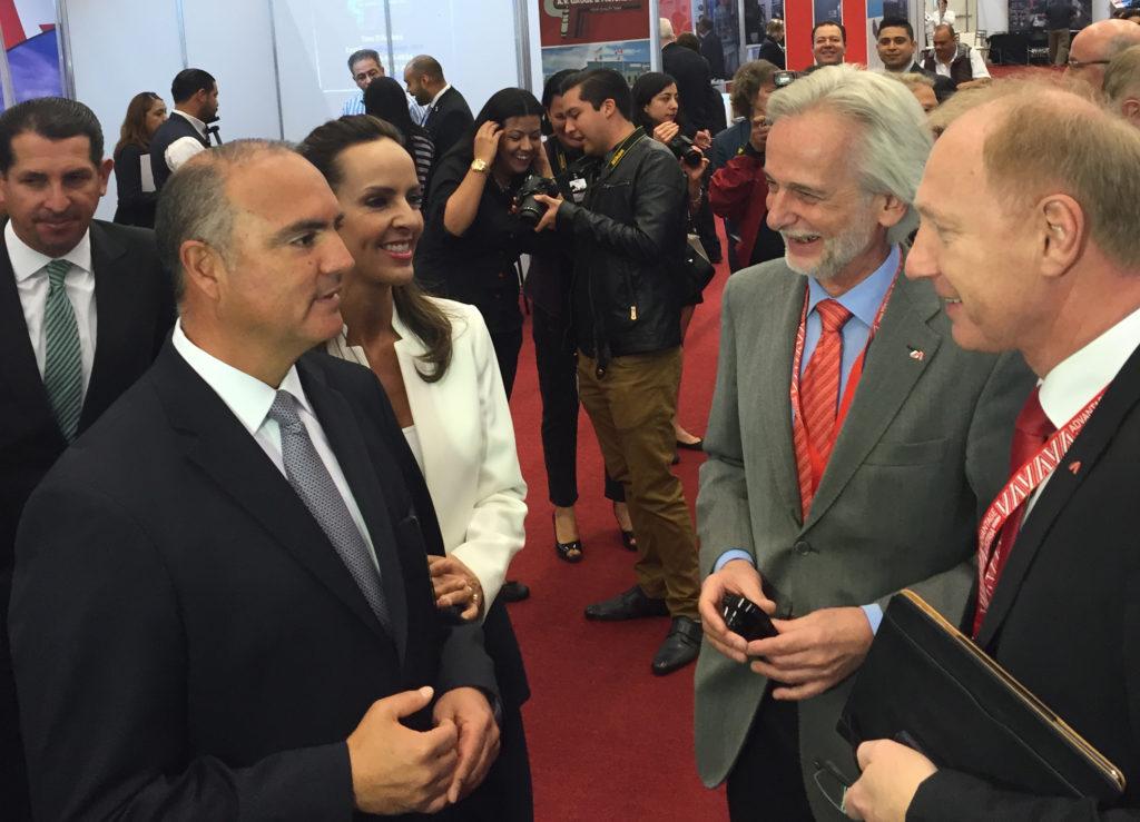 Der Gouverneur des Bundesstaates Querétaro, José Calzada Rovirosa (links), besuchte den Stand von Fill Maschinenbau auf den Automotive Meetings in Querétaro, Mexiko, und ließ sich von Geschäftsführer Wolfgang Rathner (rechts) die neuesten Fill Innovationen erläutern.