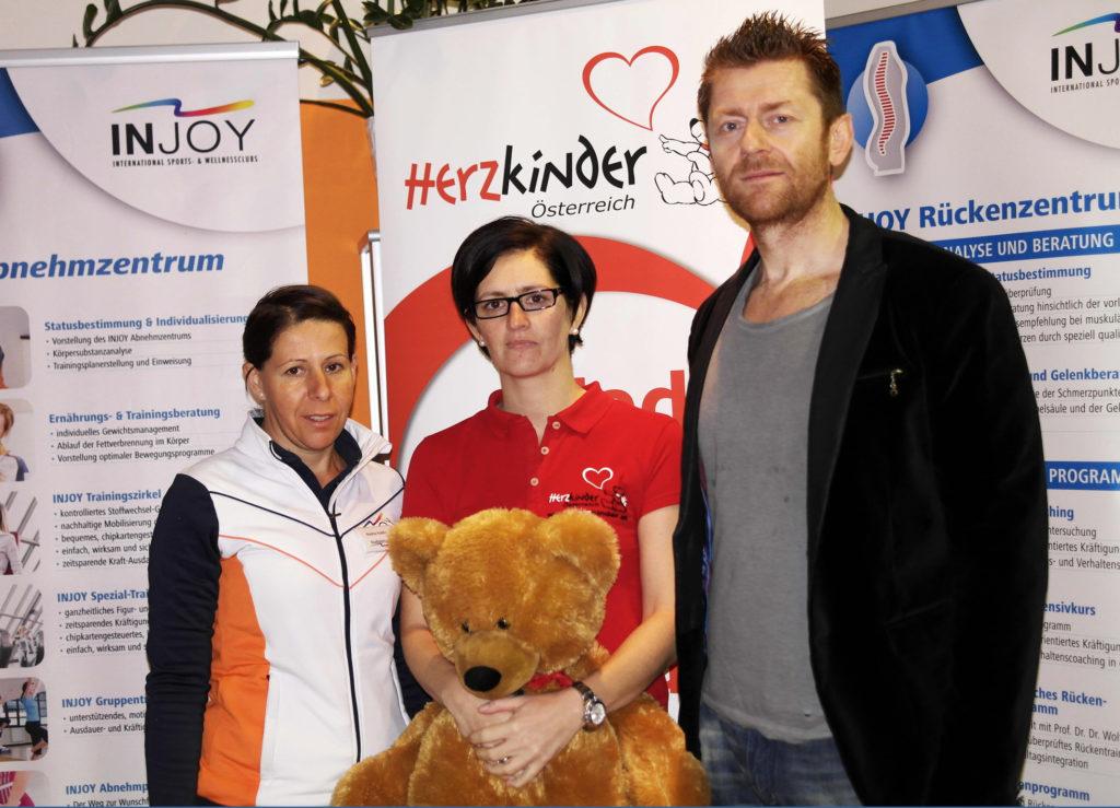 Herzmama Karin Rössler von Herzkinder Österreich begleitete den Herzteddy nach Hollabrunn. Hier wurde er vom INJOY-Team herzlich willkommen geheißen.