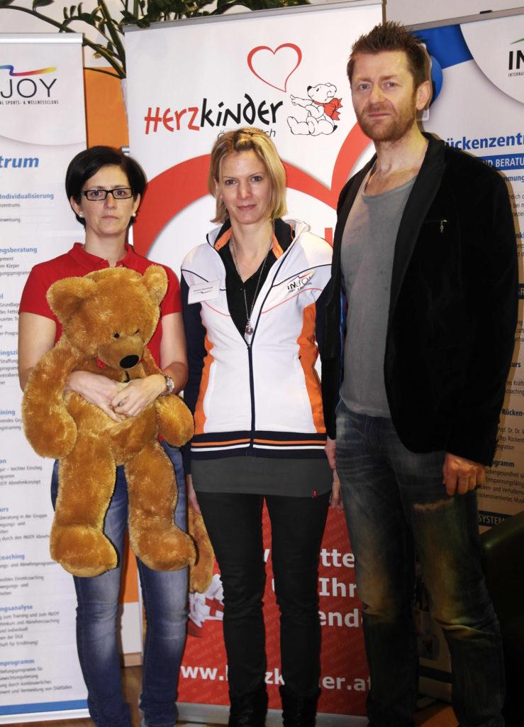 Karin Rössler von Herzkinder Österreich begleitete den Herzteddy nach Krems. Hier wurde er vom INJOY-Team herzlich aufgenommen.