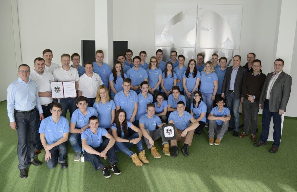 FACC-Vorstand Robert Machtlinger (links außen im Bild) ist gemeinsam mit den Lehrlingsausbildern sowie den Führungskräften der Fachbereiche zurecht stolz auf die hochwertige Ausbildung des FACC Future Teams.